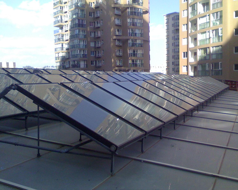 森威格平板太阳能热水器工程: 在平板集热器技术日益成熟的今天,越来越多的建筑一体化太阳能集中热水系统开始选择采用平板集热器来作为太阳能加热装置。  平板集热器可与建筑完美结合实现结构替代屋面板墙板功能;集热面积基本等同安装总面积( 0.93 :1 )。是当下大多数搞错公寓集中热水系统的主流选择  基于集热面积瞬时截距0.